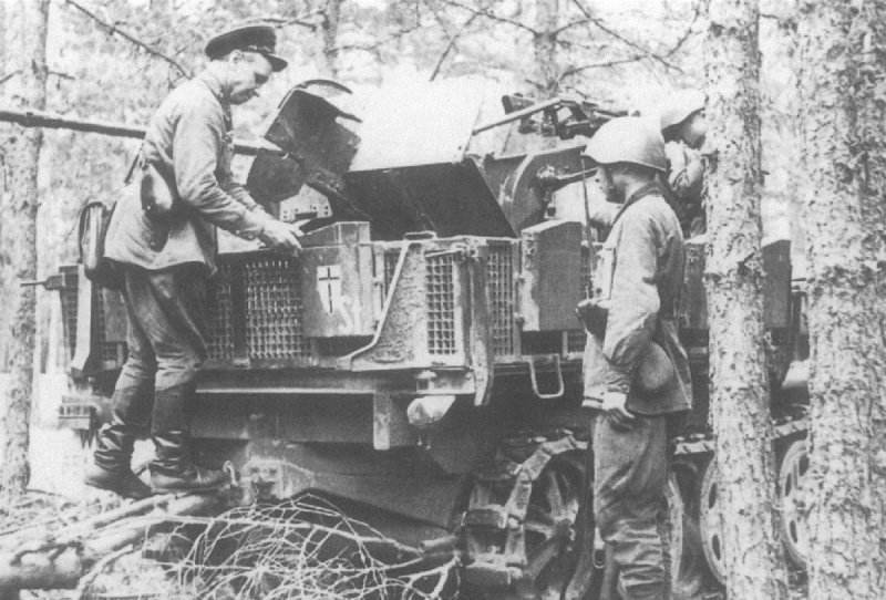Советский командир осматривает брошенный бронетранспортер Sd.Kfz 10/4 (2cm Flugabwehrkanone 30) 61-й пехотной дивизии вермахта на Западном фронте вов, военное, интересное, история, трофеи, фото