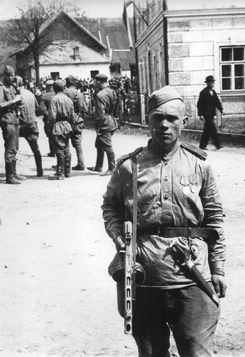 Советский солдат с прикрепленным к поясу эсэсовским кинжалом. Пардубицки, Чехословакия, май 1945 года вов, военное, интересное, история, трофеи, фото