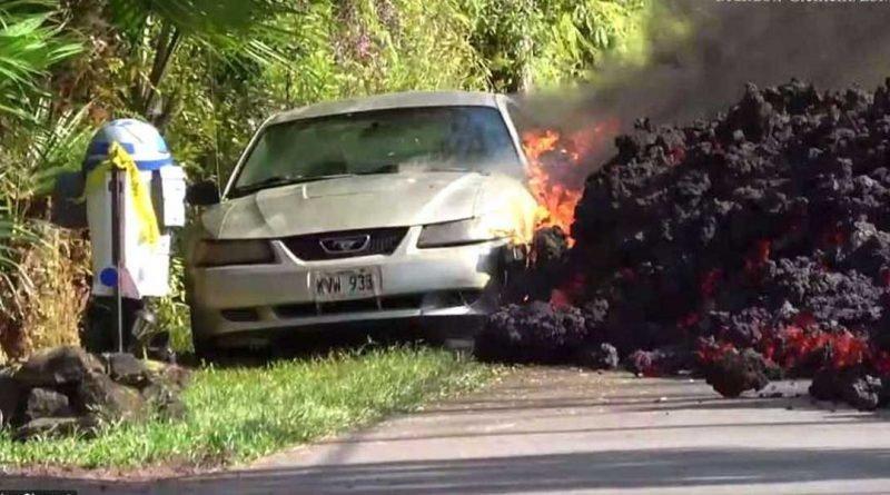 Медленно, но уверенно этот поток вулканической лавы поглотил припаркованный на обочине автомобиль в мире, красота, лава, машина, обочина, природа