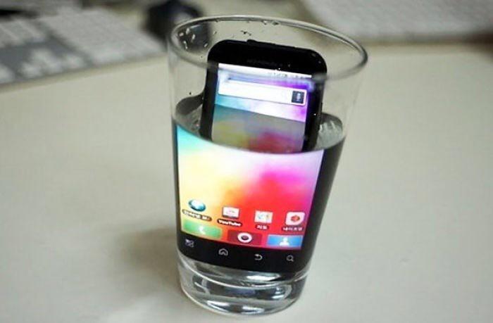 Маленький экран смартфона? Положите его в воду! Это увеличит экран на 200% Лайфхак, идея, советы, хитрости, юмор