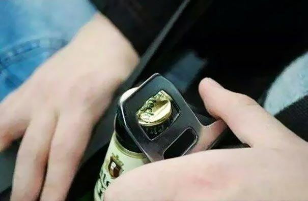 Используйте ремень безопасности, чтобы открыть бутылку пива за рулём Лайфхак, идея, советы, хитрости, юмор
