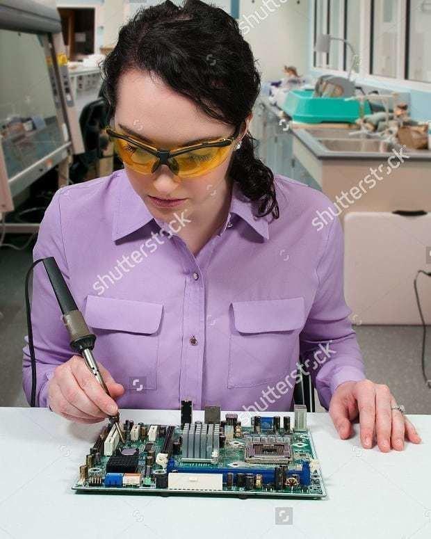 «Будучи инженером-электриком я надеюсь, что наступит день, когда у нас будет такая суперспособность, как у этой девушки, которая держится за горячую часть паяльника» кадр, люди, прикол, профессия, снимок, стоковое фото, юмор
