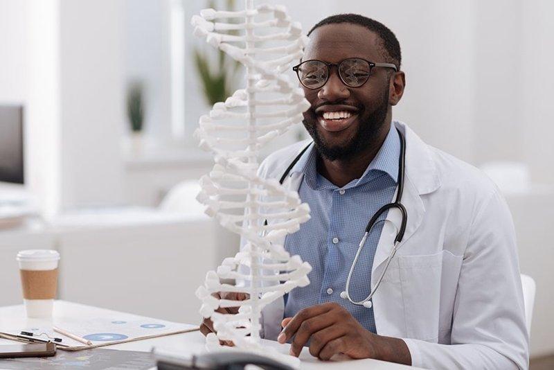 «Какая смешная спираль ДНК! Никто из биологов так не улыбается на работе, я уверен» кадр, люди, прикол, профессия, снимок, стоковое фото, юмор