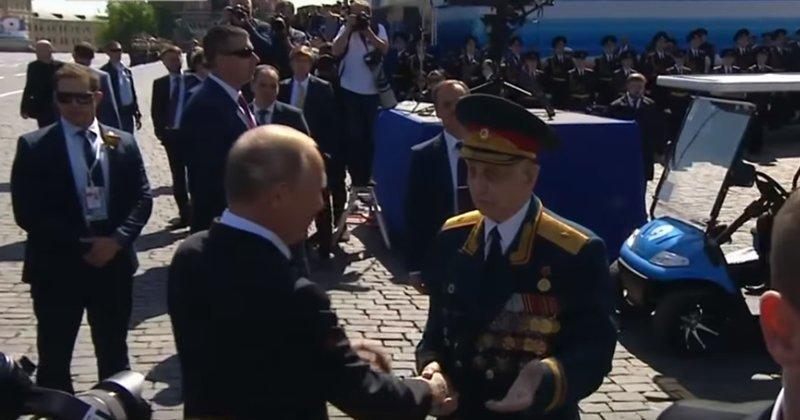 Путин спас ветерана от своей охраны ynews, ветеран, видео, владимир путин, новости, охрана, парад победы