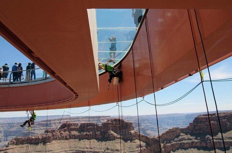 Голова кругом! Смельчаки моют стеклянный мост на километровой высоте Skywalk, Небесный путь, головокружительно, мост, над пропастью, необычная мойка, трудная работа, храбрость