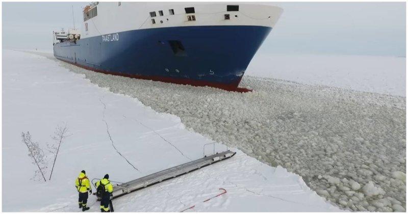 Финский моряк садится на движущийся корабль Оулу, Хайлуото, в мире, видео, интересное, корабль, моряк, финляндия