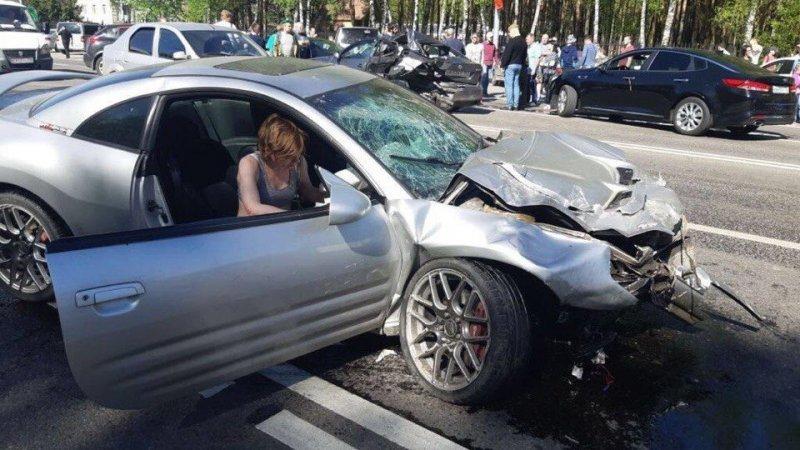 Авария дня. Пьяная женщина устроила ДТП с шестью автомобилями в Домодедово авария, авария дня, авто, авто авария, видео, дтп, массовое дтп, пьяный за рулем