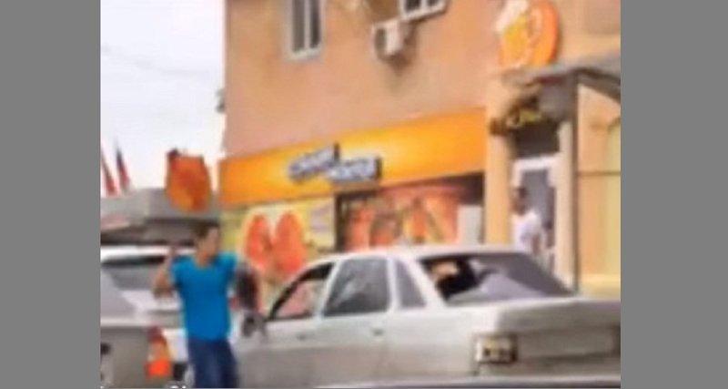 В Ростове нервный автолюбитель уничтожил чужую машину нунчаками ynews, автомобиль, бомж, видео, гнев и ярость, нунчаки, ростов, сбербанк