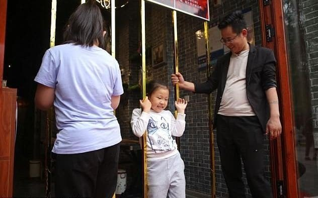 Худых людей начали бесплатно кормить в китайском ресторане идея, китай, ограждение, ресторан, фигура