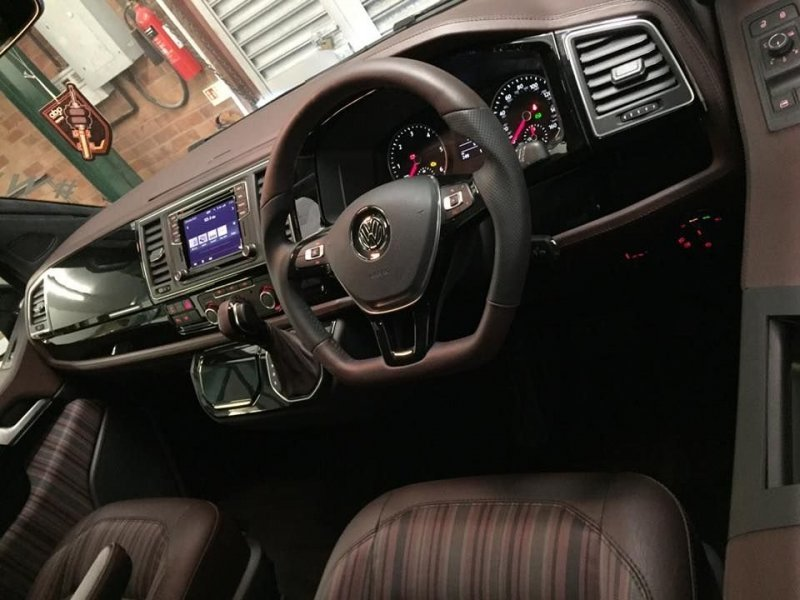 Салон обшили стильными современными материалами и добавили несколько электронных опций, например, мультимедийную систему. Volkswagen Transporter, transporter, volkswagen, авто, автотюнинг, кемпер, тюнинг, фургон