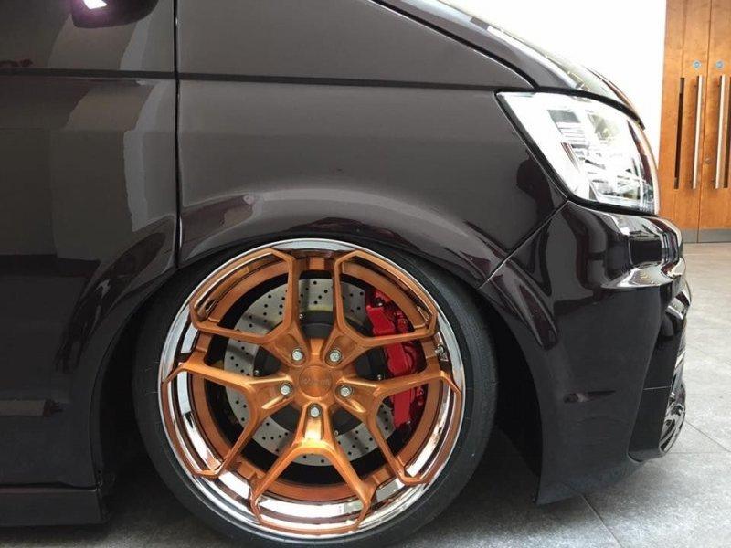 Передние колеса скрывают 380 миллимитровые тормозные диски. Volkswagen Transporter, transporter, volkswagen, авто, автотюнинг, кемпер, тюнинг, фургон