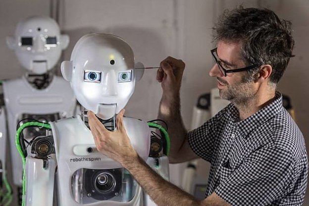 Теспиан наделен целой палитрой эмоций и знаний, может с легкостью провести экскурсию и выступить в театре великобритания, лаборатория, мир, наука, робот, технологии, фото
