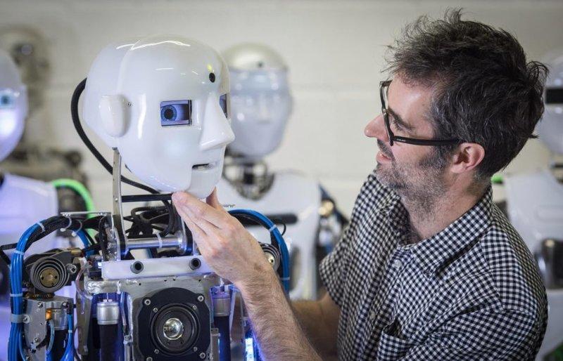 В настоящее время компания предлагает три коммерчески доступных изделия: Робот Теспиан, SociBot и SociBot-Mini великобритания, лаборатория, мир, наука, робот, технологии, фото