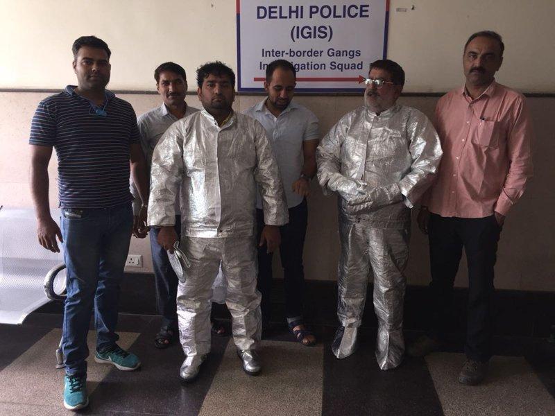 """Индийцы в скафандрах из фольги пытались продать """"суперметалл"""" Narender Saini, ynews, индия, мошенники, происшествие"""