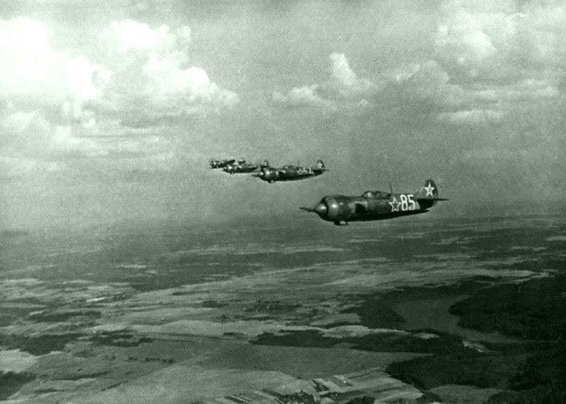 Группа истребителей Ла-5ФН именной эскадрильи «Монгольский Арат» 2-го гвардейского истребительного авиаполка 322-й истребительной авиационной дивизии в полете. Великая Отечественная Война, СССР, история, монголия