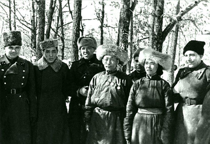 Командование советской 1-й танковой армии (с апреля 1944 г. — 1-я гвардейская танковая армия) с делегатами из Монголии.  Великая Отечественная Война, СССР, история, монголия