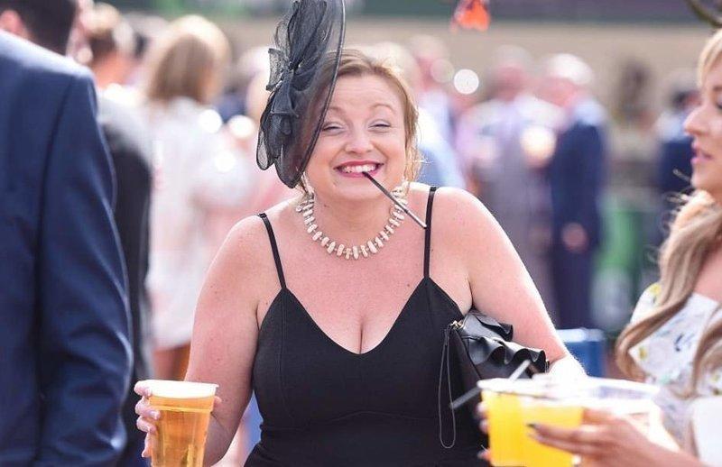 Красотки разоделись ради скачек в Честере Chester, английские традиции, великобритания, женский день, ипподром, красота это страшная сила, наряды, скачки
