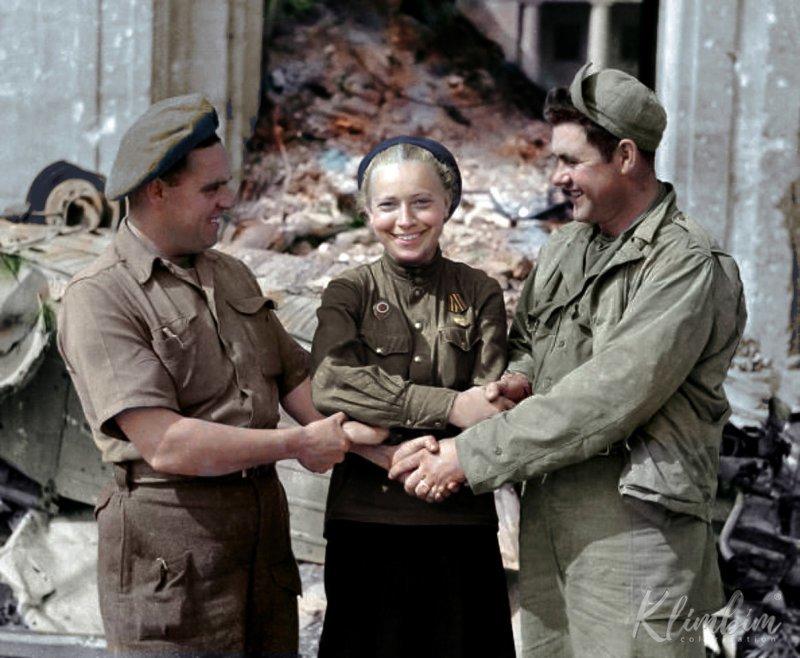Рукопожатие на фоне здания бывшей рейхсканцелярии. 14 апреля 1946 г. история, люди, события 20 века