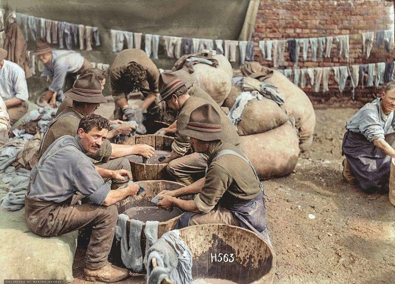 Новозеландские солдаты стирают носки в деревянных бадьях во время Первой мировой войны, 7 мая 1918 года. история, люди, события 20 века