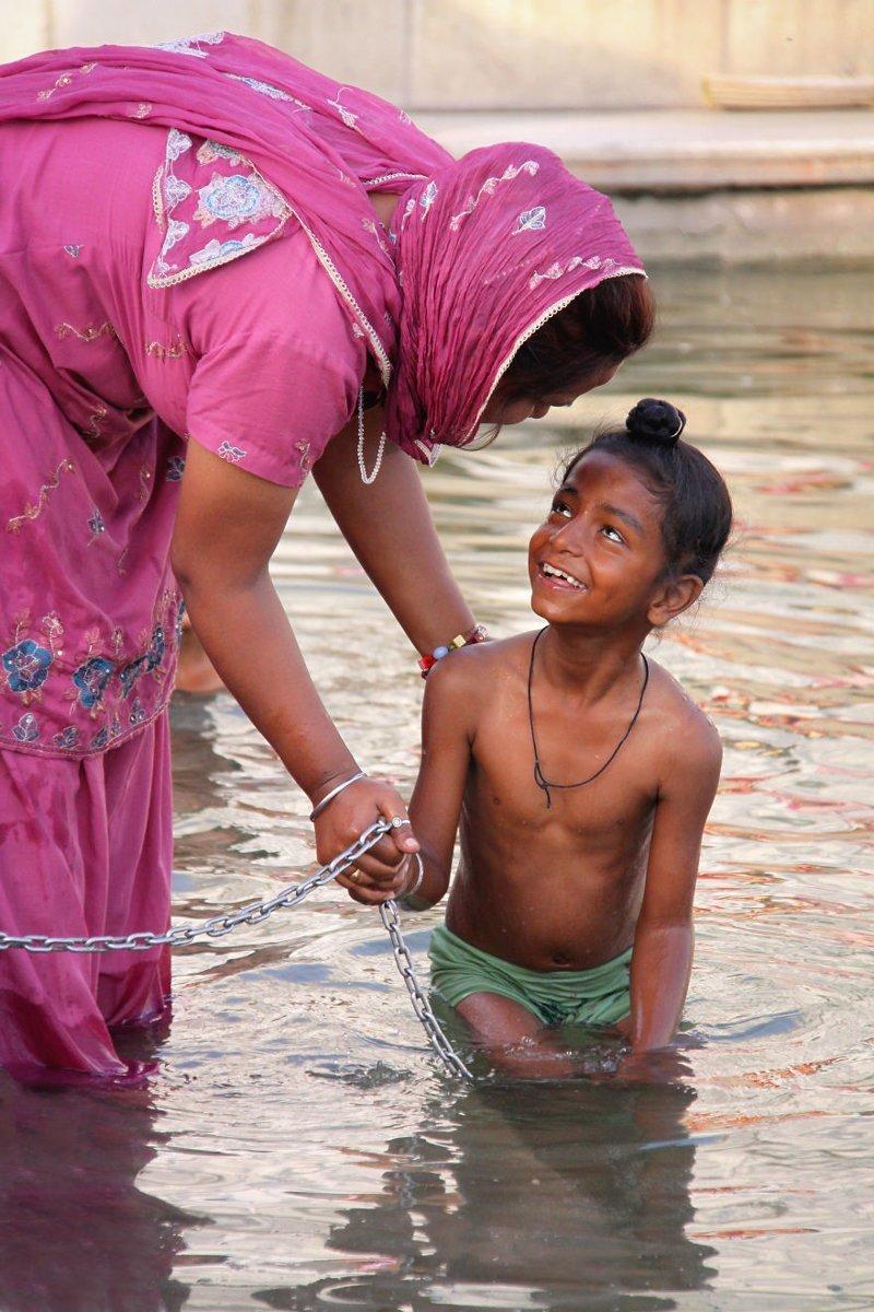 Амритсар, Индия, 2013 мамы, материнская любовь, мать и дитя, путешествия, трогательно, фото, фотомир, фотоочерки