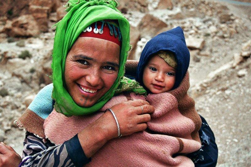 Тинерир, Марокко, 2003 мамы, материнская любовь, мать и дитя, путешествия, трогательно, фото, фотомир, фотоочерки