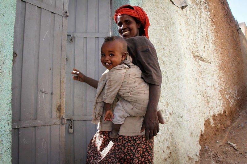 Харар, Эфиопия, 2011 мамы, материнская любовь, мать и дитя, путешествия, трогательно, фото, фотомир, фотоочерки