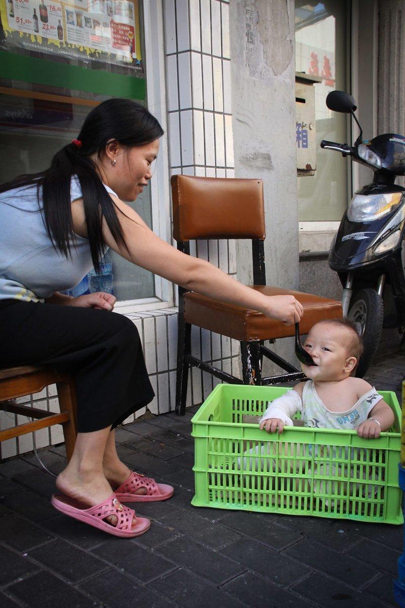 Шанхай, Китай, 2010 мамы, материнская любовь, мать и дитя, путешествия, трогательно, фото, фотомир, фотоочерки