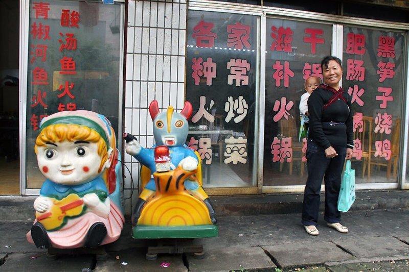 Кунмин, Китай, 2010 мамы, материнская любовь, мать и дитя, путешествия, трогательно, фото, фотомир, фотоочерки