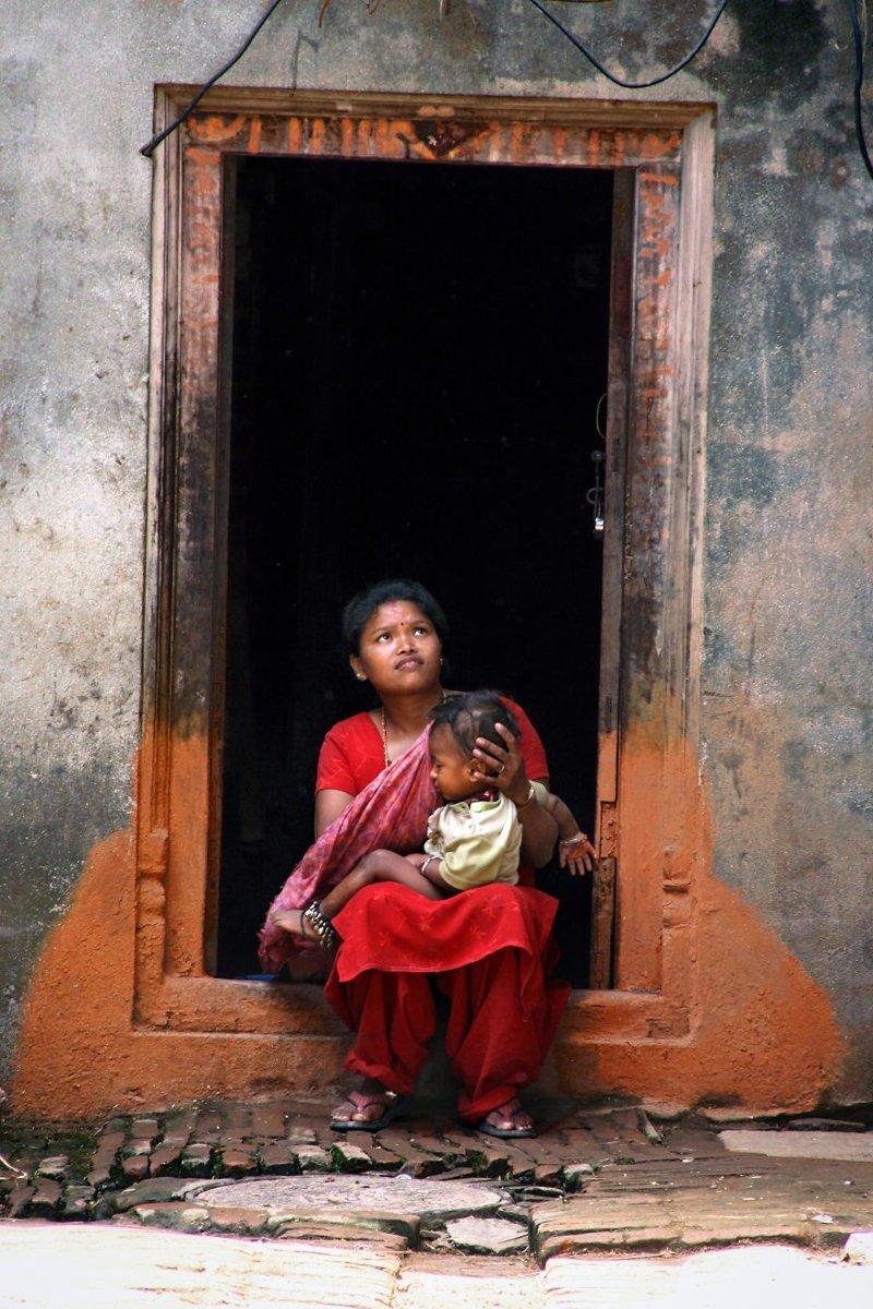 Бхактапур, Непал, 2010 мамы, материнская любовь, мать и дитя, путешествия, трогательно, фото, фотомир, фотоочерки