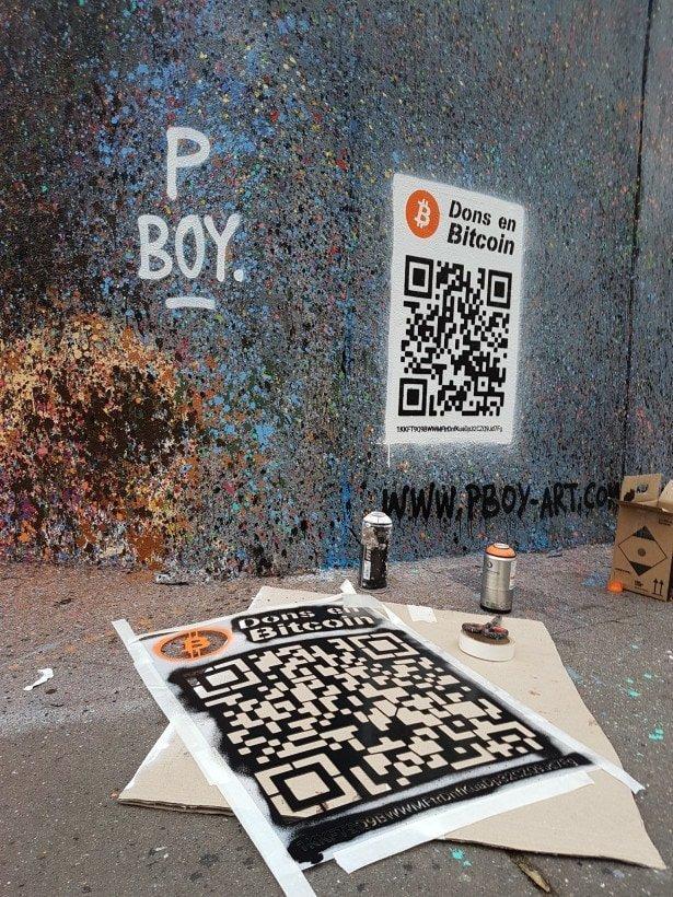 Он добавляет на свои работы QR-код от блокчейн-кошелька, отсканировав который каждый желающий может перечислить средства на счёт художника Хитрость, в мире, граффити, деньги, идея, люди, художник