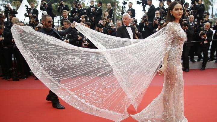 """8. Арая Харгейт выбрала любимый наряд многих звезд - платье-тюль, чтобы показать его """"красоту"""" нужен дополнительный человек канны, канны 2018, кинофестиваль, красная дорожка, образы звезд, фото"""