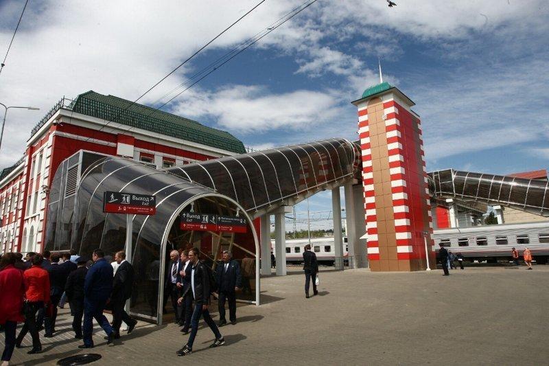 1. Лестница и весь переход через железнодорожные пути закрыты прозрачным куполом, защищающим людей в непогоду. Дополнительно установлены лифты для подъёма на мост. вокзальные комплексы, саранск, чм-2018