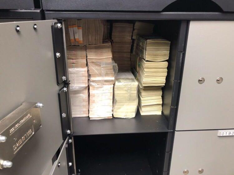 Деньги в сейфах, пакетах и коробках — фото обыска чиновника Ростехнадзора Григорий Слабиков, Ростехнадзор, деньги, обыск, чиновник