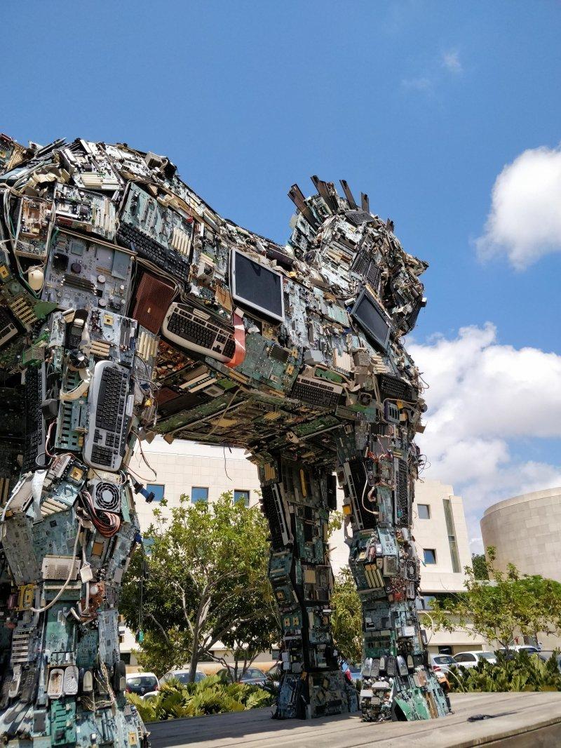 Троянский конь из компьютерного мусора день, животные, кадр, люди, мир, снимок, фото, фотоподборка