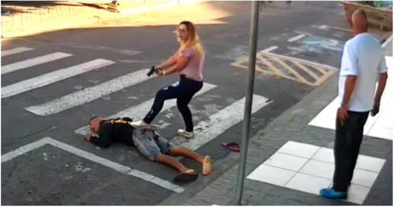 В Бразилии женщина-полицейский ловко обезвредила вооруженного грабителя ynews, День Матери, бразилия, видео, криминал, полицейский, полиция, преступник