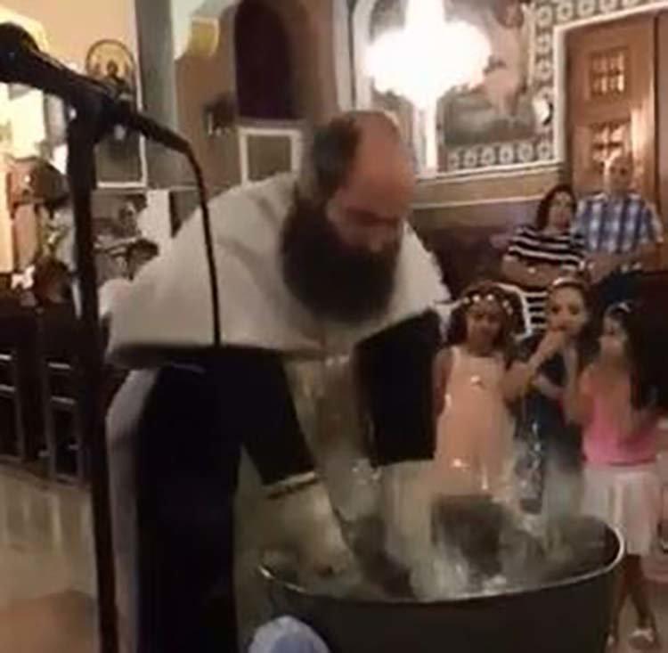 Такое крещение ребёнка вы ещё точно не видели! в мире, дети, крещение, люди, священник, церковь