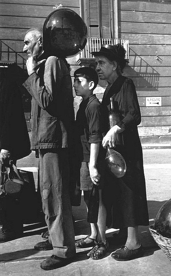 Роберт Капа - Люди стояли в очереди за водой , Неаполь, октябрь 1943 года Весь Мир в объективе, история, фотография