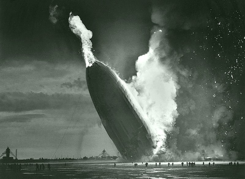 Мюррей Беккер - Дирижабль Гинденбург падает на землю в Лейкхерст, штат Нью - Джерси, 6 мая 1937 Весь Мир в объективе, история, фотография