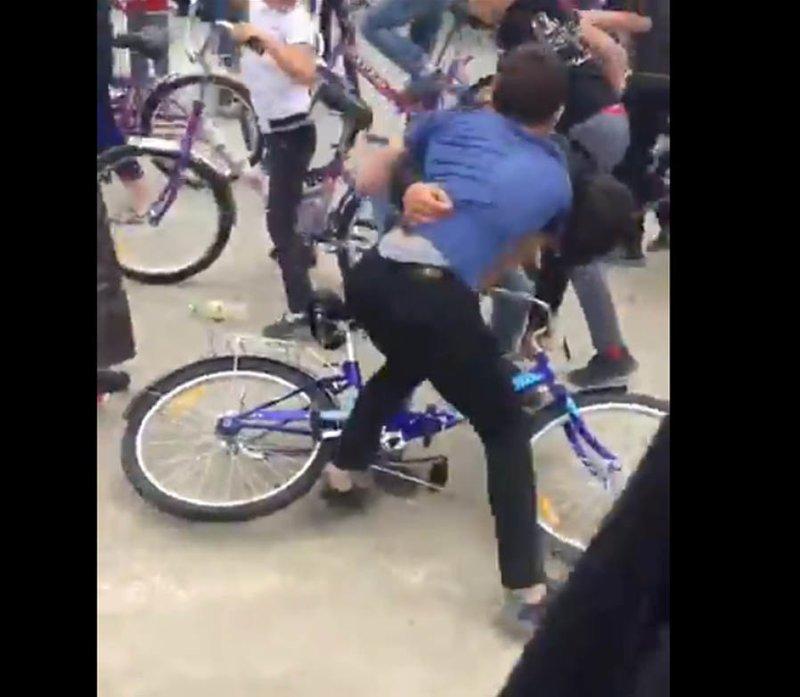 Чеченские подростки превратили раздачу велосипедов в потасовку ynews, драка, жадность, подростки, праздник, халява .велосипеды, чечня