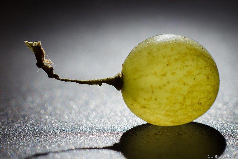 Атом водорода на столько же меньше человека, на сколько виноградина (1см) меньше солнца. вселенная, галактики, жизнь, звезды, космос, сахар, юмор