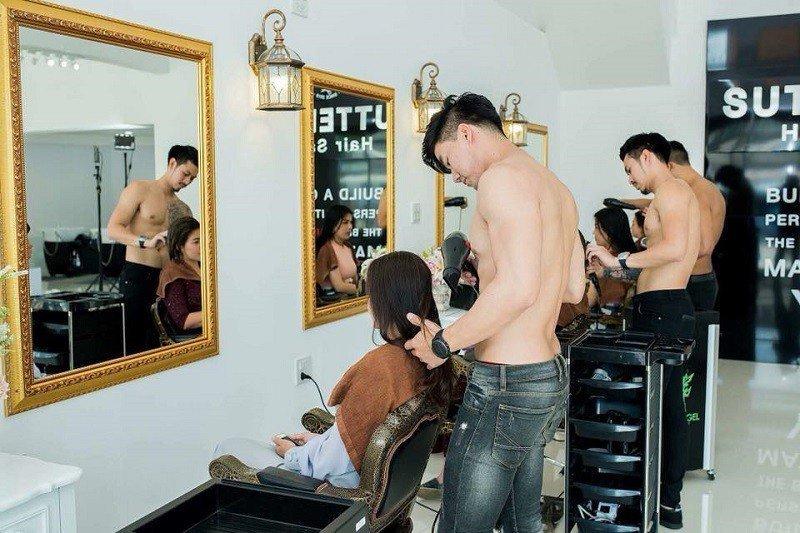 На самом деле, четверо мужчин-моделей были приглашены для съемок рекламного ролика салона модели, мужчины, парикмахерская, салон, салон красоты, таиланд, топлесс, фото