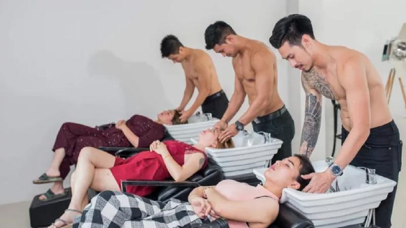 видео голый парень в женской парихмахерской