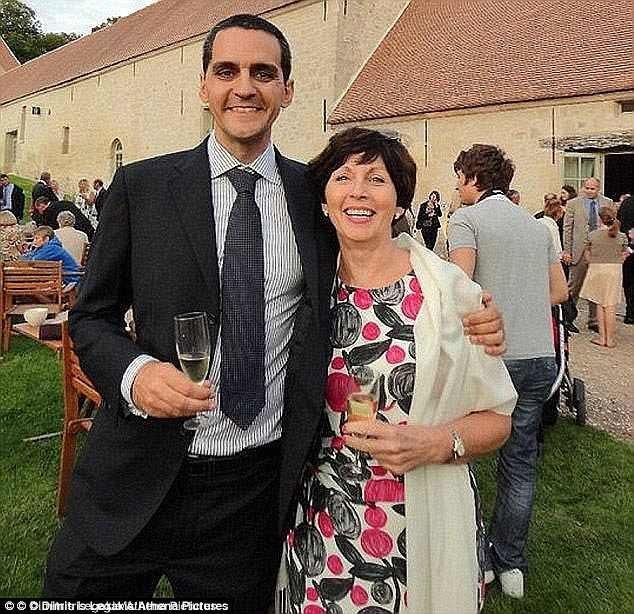 Вдова британца Ричарда Османа, находившегося на борту Airbus A320, обвиняет в катастрофе саму авиакомпанию EgyptAir. Женщина уже подала на компанию в суд. iphone, авиакатастрофа, взрыв, крушение, новости, расследование, самолет, трагедия