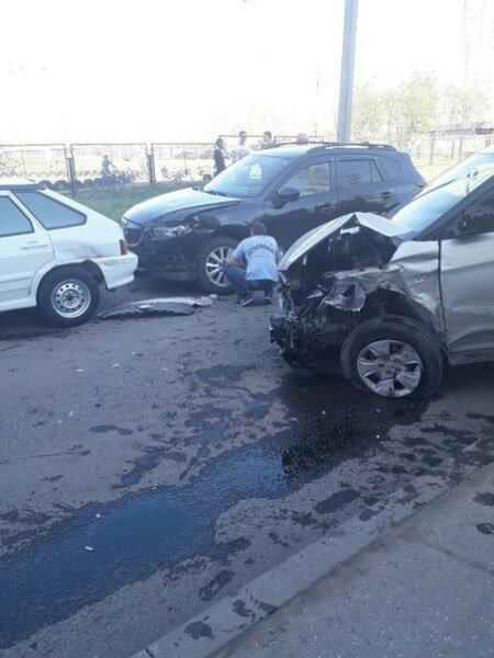 Водитель протаранил десять автомобилей и сбил пешехода: видео ynews, Набережные Челны, дтп, наезд, неадекват