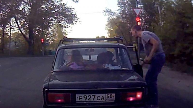 Парень вернул свиньям бутылку, выброшенную из машины на обочину авто, бутылка, быдло, видео, мусор. автохам, прикол, свиньи