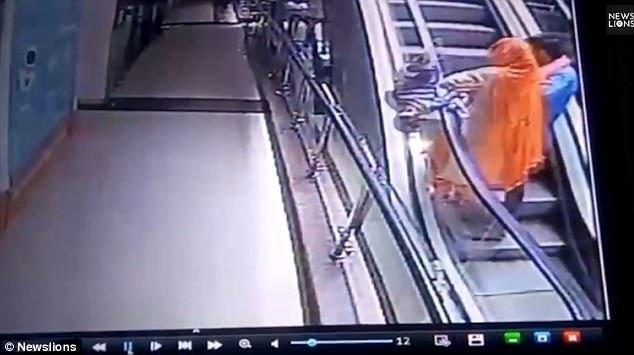 Момент трагедии: пока родители делали совместное фото на эскалаторе, 10-месячная девочка выпала из рук матери. Внезапно женщина потеряла равновесие, и малышка упала вниз. видео, несчастный случай, происшествия, ребенок, селфи, смерть, страшно