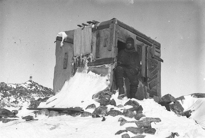 Участник экспедиции Бейдж у входа в астрономическую обсерваторию Дуглас Моусон, австралия, антарктида, изучение Антарктики, научная экспедиция, полярные исследователи, поход во льдах, фотосвидетельства