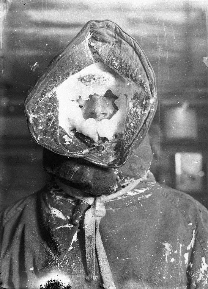 Пар от дыхания замерзал, закрывая лица ледяной маской Дуглас Моусон, австралия, антарктида, изучение Антарктики, научная экспедиция, полярные исследователи, поход во льдах, фотосвидетельства