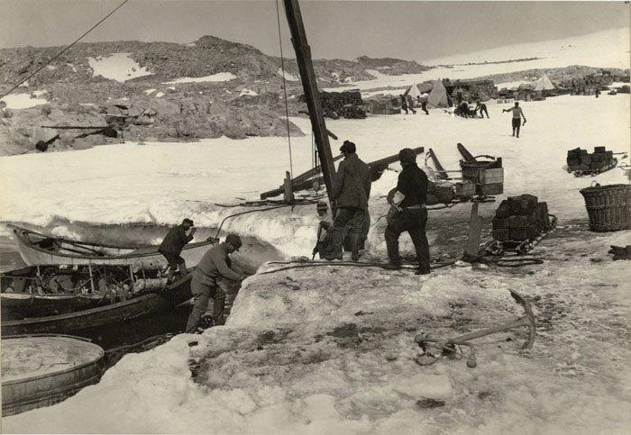 Разгрузка лодок на мысе Денисон Дуглас Моусон, австралия, антарктида, изучение Антарктики, научная экспедиция, полярные исследователи, поход во льдах, фотосвидетельства