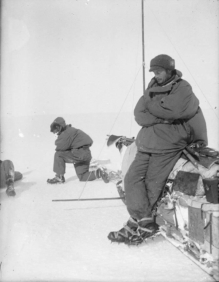 Земля Адели. Глава экспедиции Моусон отдыхает, опершись на сани Дуглас Моусон, австралия, антарктида, изучение Антарктики, научная экспедиция, полярные исследователи, поход во льдах, фотосвидетельства